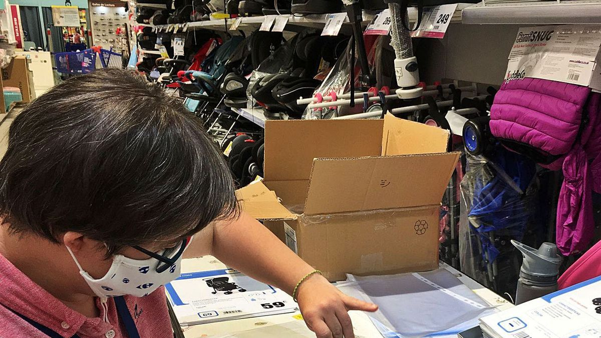 Natalia, usuaria de Down Córdoba, trabaja como auxiliar de tienda en el Carrefour Sierra.  | CÓRDOBA