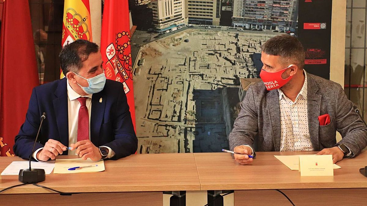 José Antonio Serrano y Jesús Jiménez, alcalde de Murcia y presidente de Hostemur, respectivamente, ayer.   | A.M.