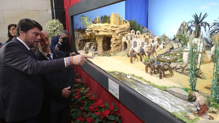 Barcala, visitando el belén del zaguán del Ayuntamiento la pasada Navidad