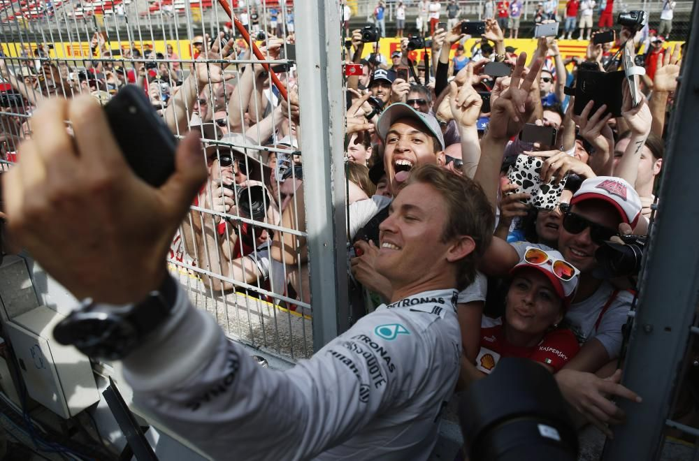 """Nico Rosberg takes """"selfie"""" with fans after ..."""