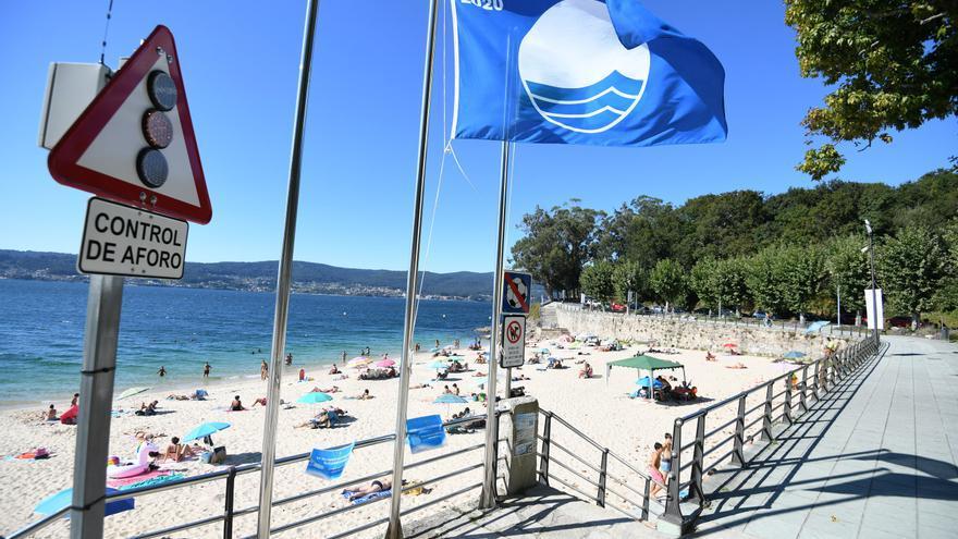 La bandera azul ondeará este verano en 111 playas gallegas