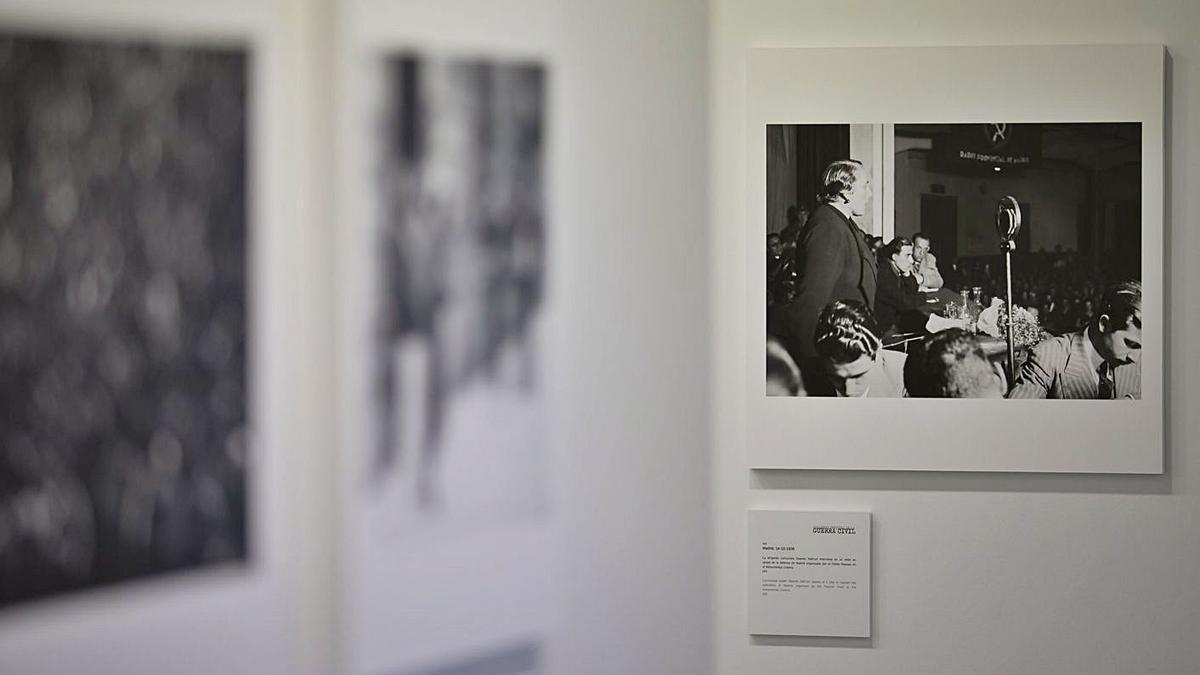 Las imágenes que ilustran este reportaje muestran varias de las estancias de la exposición fotográfica sobre la Guerra Civil española que abrió este lunes en el Espacio Cultural CajaCanarias en la Plaza del Adelantado, en La Laguna.