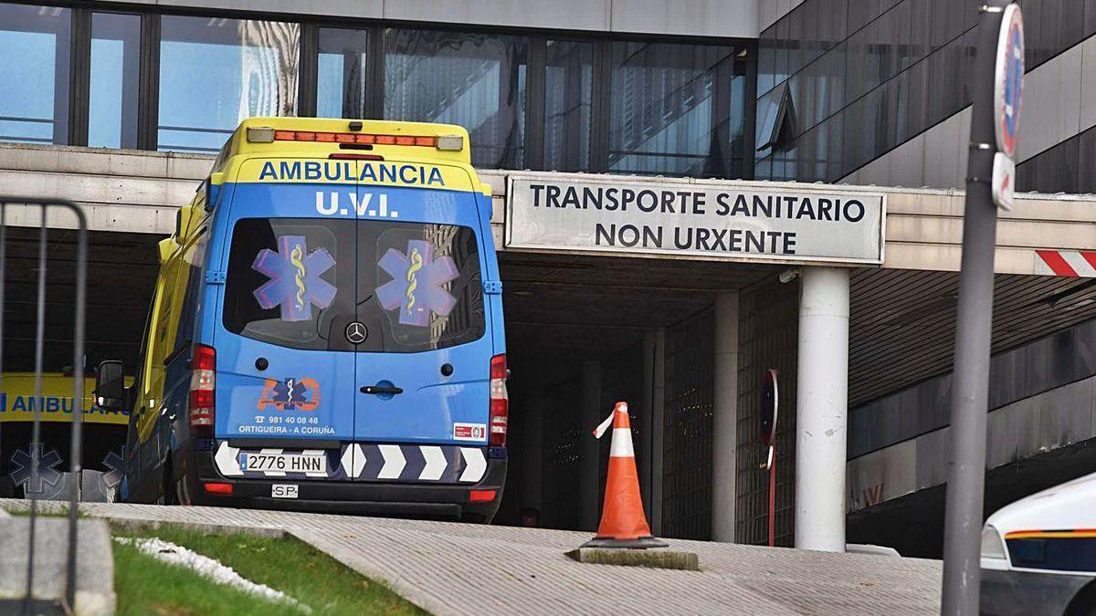 Una ambulancia, en los accesos del Hospital Universitario de A Coruña.