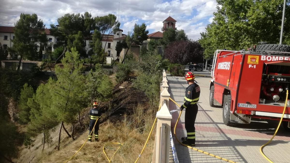 Bomberos actúan sobre un incendio en Teruel