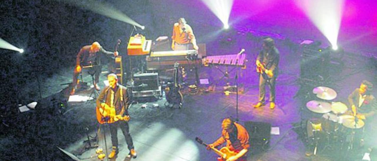 El grupo británico Tindersticks durante un concierto reciente.