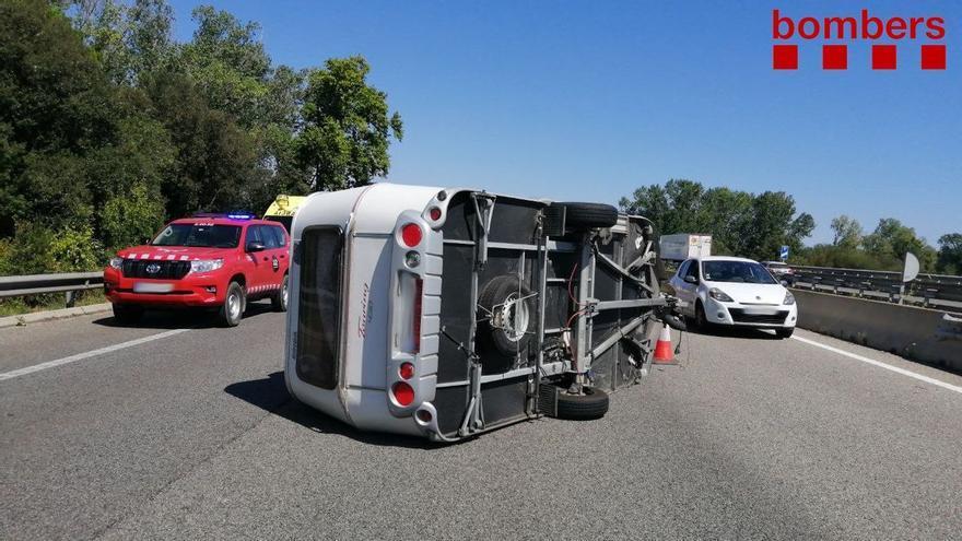Un cotxe amb una caravana bolca a l'AP-7 a Figueres i genera cues de dos quilòmetres