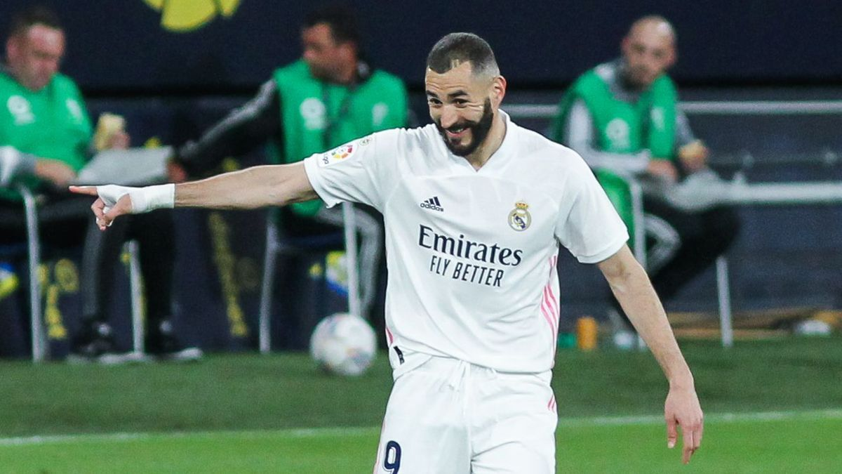 Karim Benzema celebrates his second goal against Cádiz