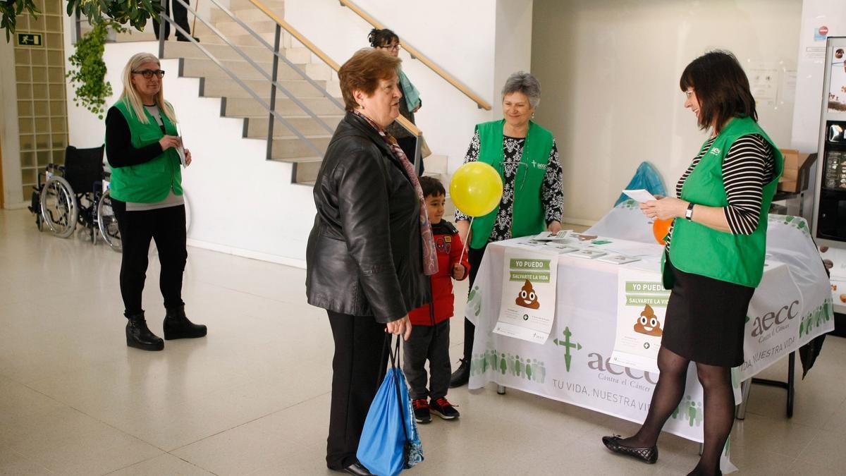 Voluntarios de la Asociación contra el Cáncer en una actividad previa a la pandemia