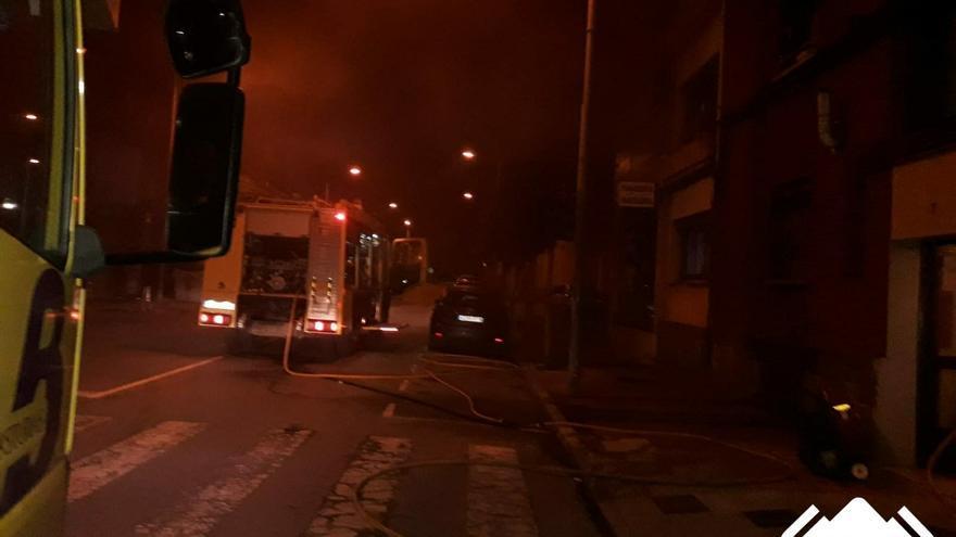 Sofocan un incendio en Mieres que calcinó por completo una cocina