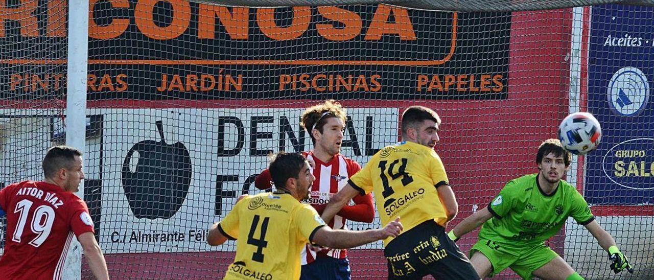 Dani Sampayo sigue el balón en un ataque del Alondras, el domingo en Cangas.