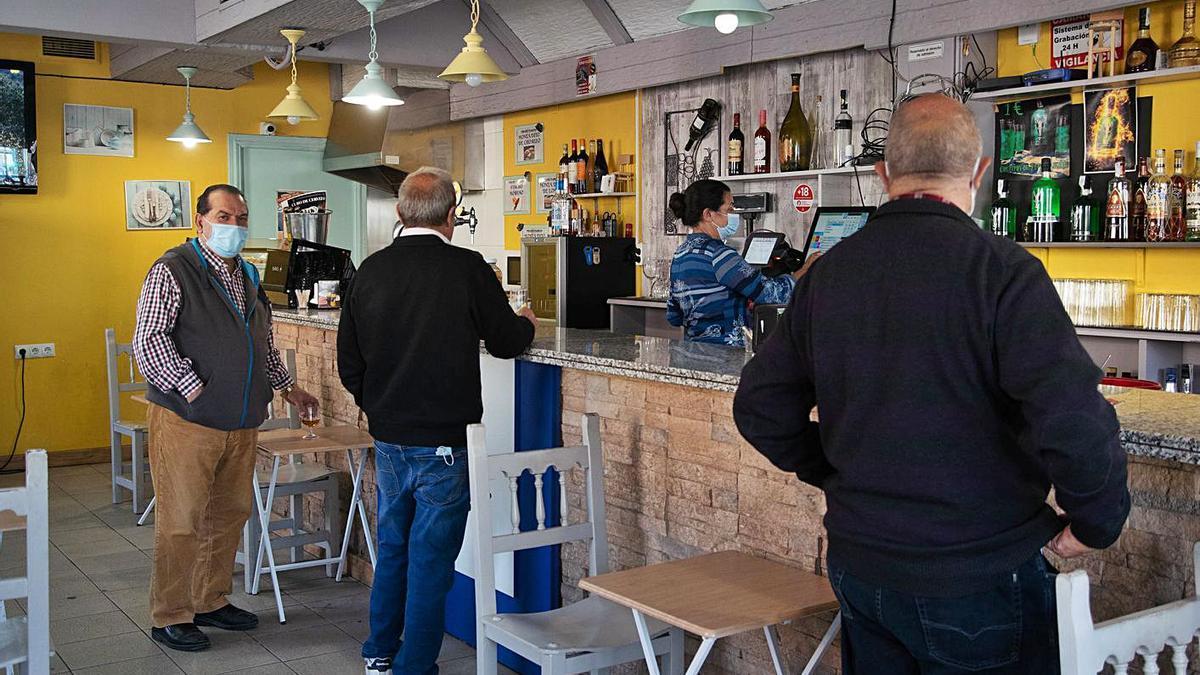 Varias personas consumen en la barra de un bar, en una imagen de archivo.