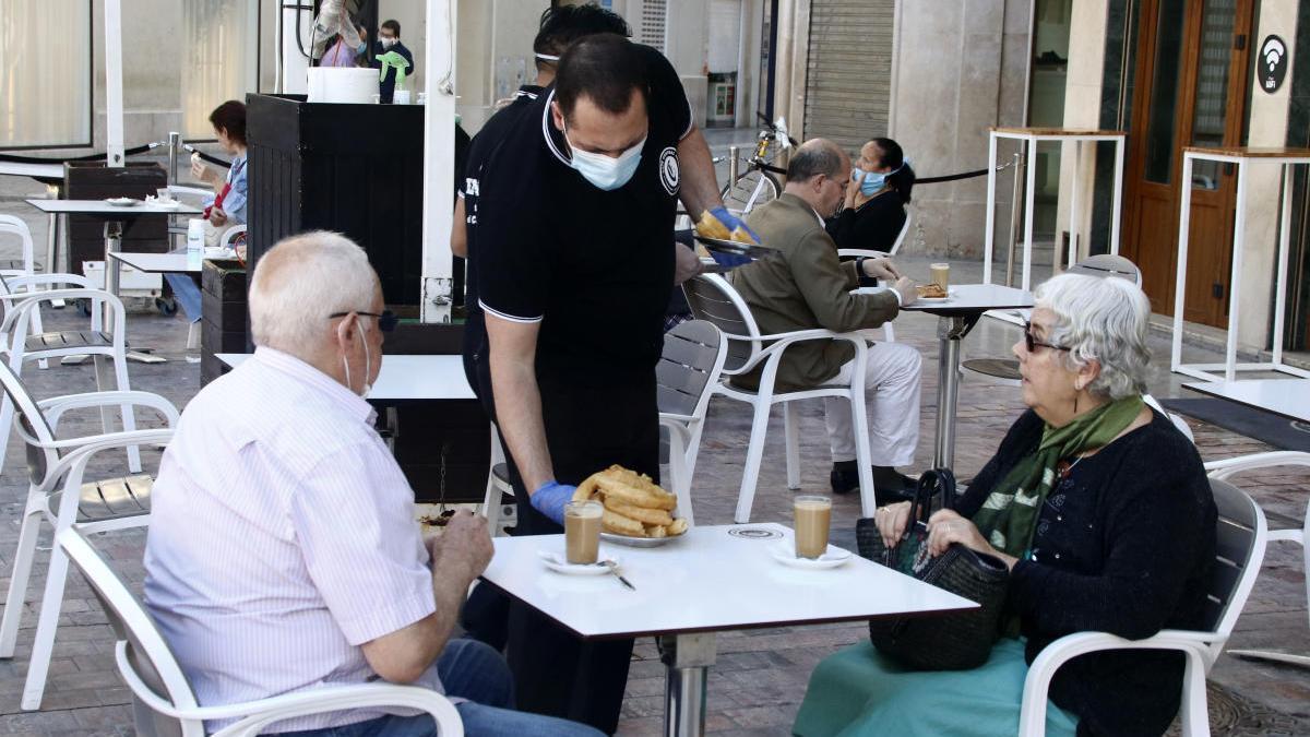 Una pareja, en la terraza de una cafetería malagueña este lunes, 1 de junio.