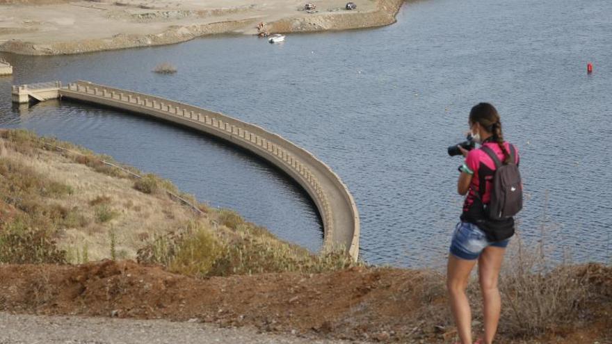 El bajo nivel de agua embalsada deja ver la vieja presa de La Breña