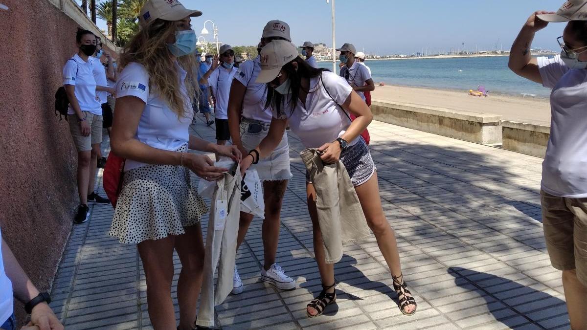 Los auxiliares de playa en la Marineta Cassiana de Dénia