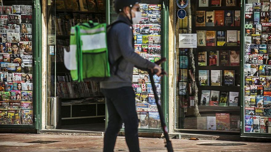 La Policía Local sancionará con 200 euros el uso de bicis y patinetes en zona peatonal