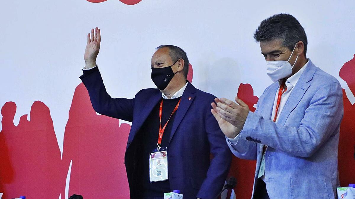 Ismael Sáez saluda després de ser proclamat, ahir, nou secretari general d'UGT-PV. | GERMÁN CABALLERO