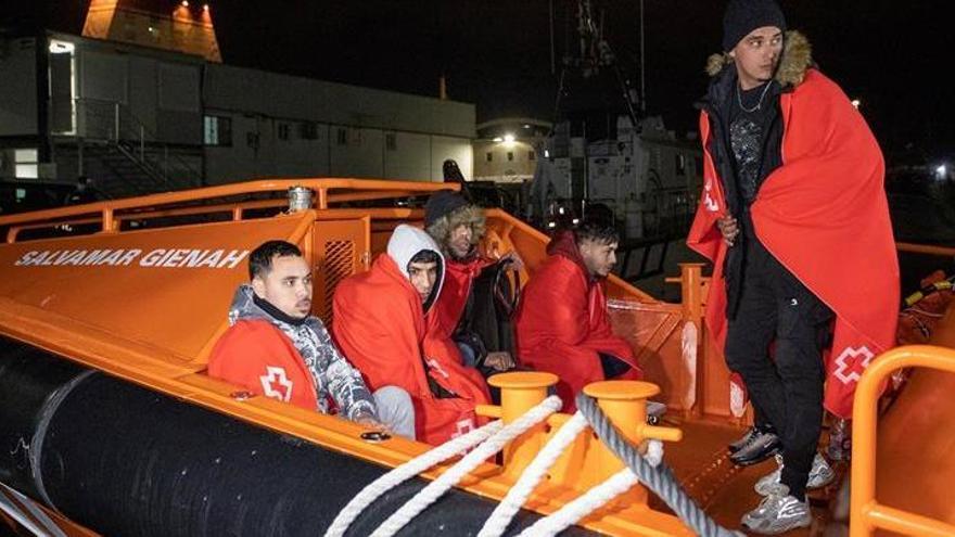 Trasladan a Motril a 7 migrantes rescatados cerca de la costa granadina