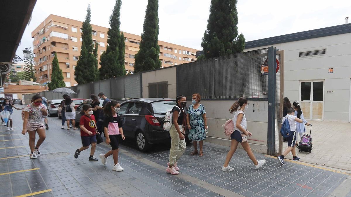 Niños valencianos con mascarillas entran al colegio el día de la vuelta a clase.