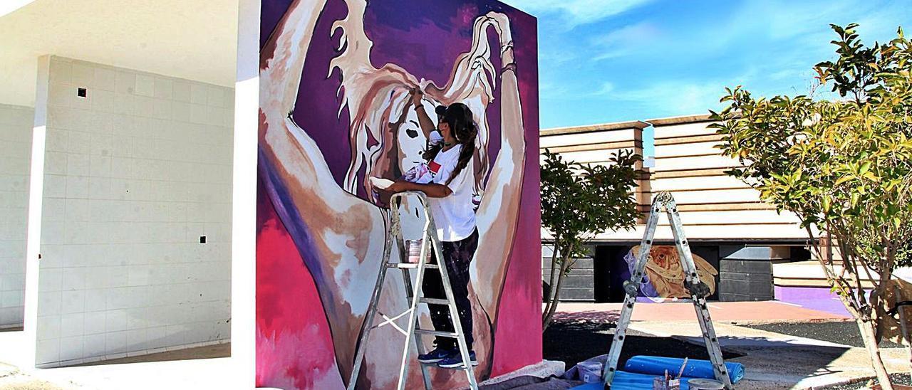 Leticia Martín, durante la elaboración de uno de los murales. | | LP/DLP