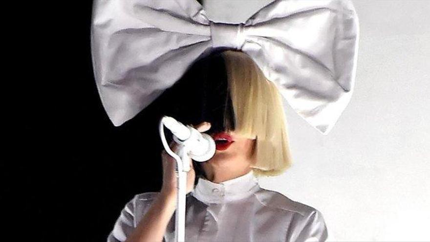 Ls cantante Sia confirma la adopción de dos hijos de 19 años