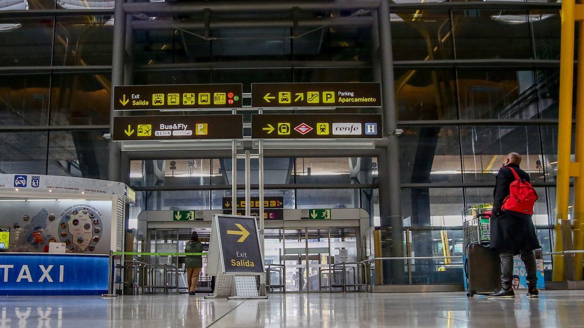 Un pasajero camina por las instalaciones de la T4 del Aeropuerto Adolfo Suárez Madrid-Barajas.