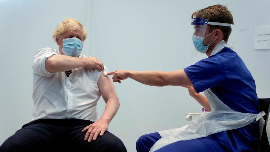 Boris Johnson recibe la segunda dosis de la vacuna