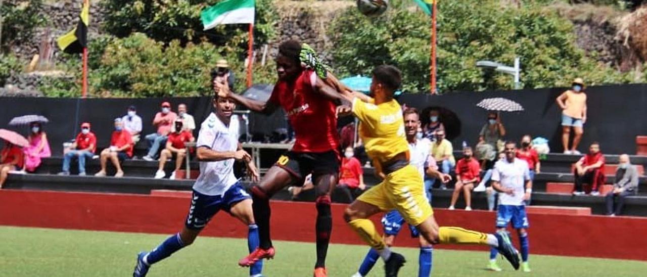 Momento en que el local Salifo Caropitche se adelanta al portero del Tamaraceite Raúl Perera para peinar el balón y mandarlo al fondo de la portería 1-0.