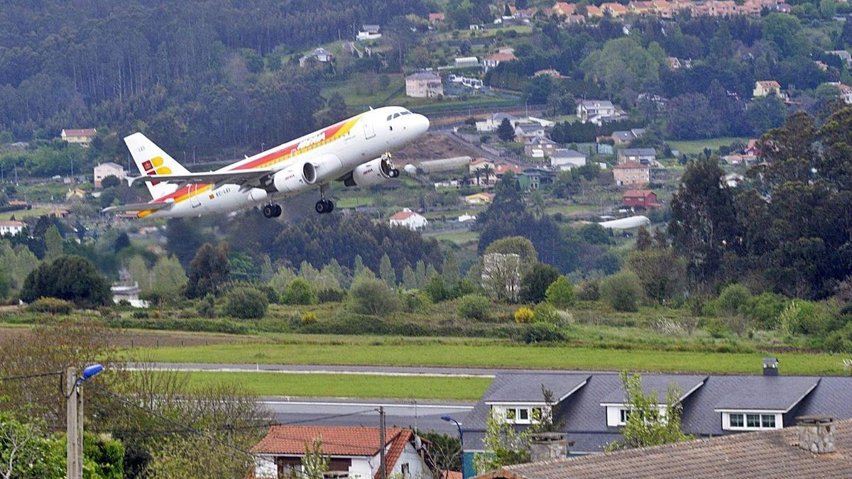 Un avión, sobre la pista del aeropuerto de Alvedro. |   // VÍCTOR ECHAVE