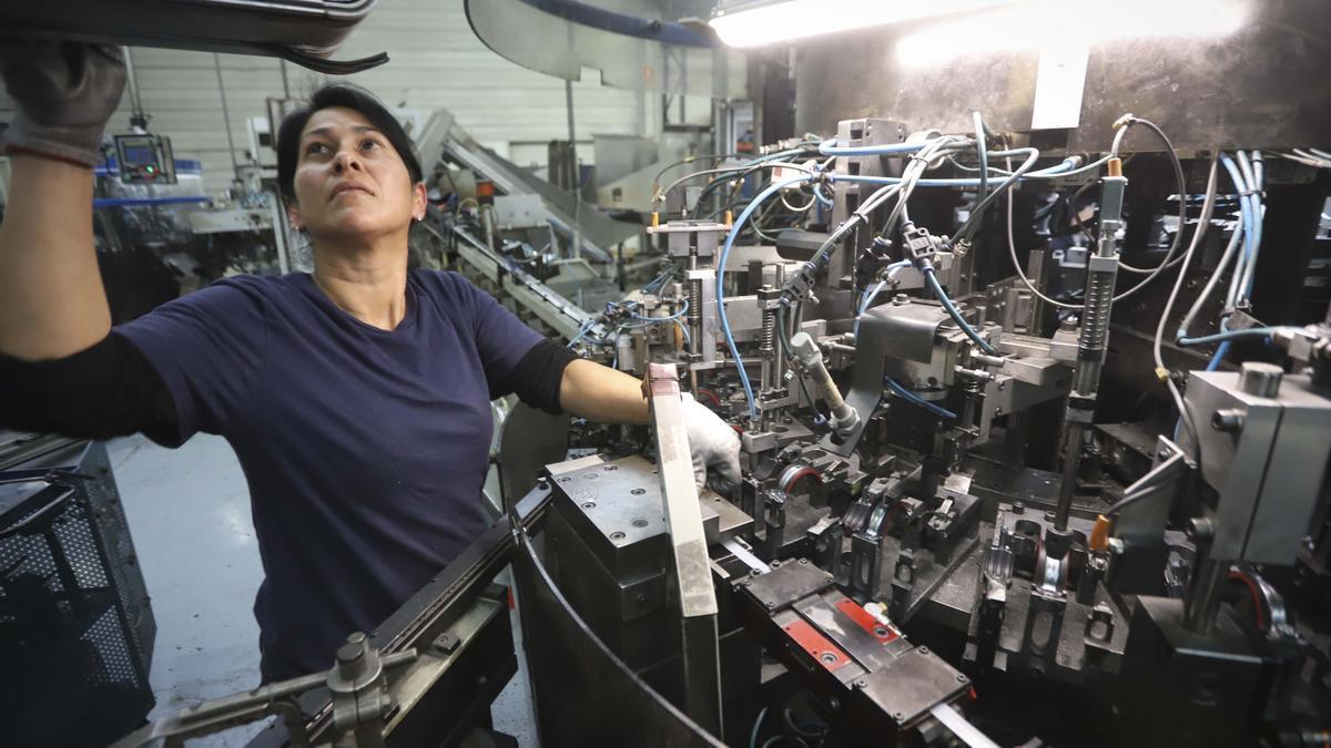 Una mujer, en su puesto de trabajo.