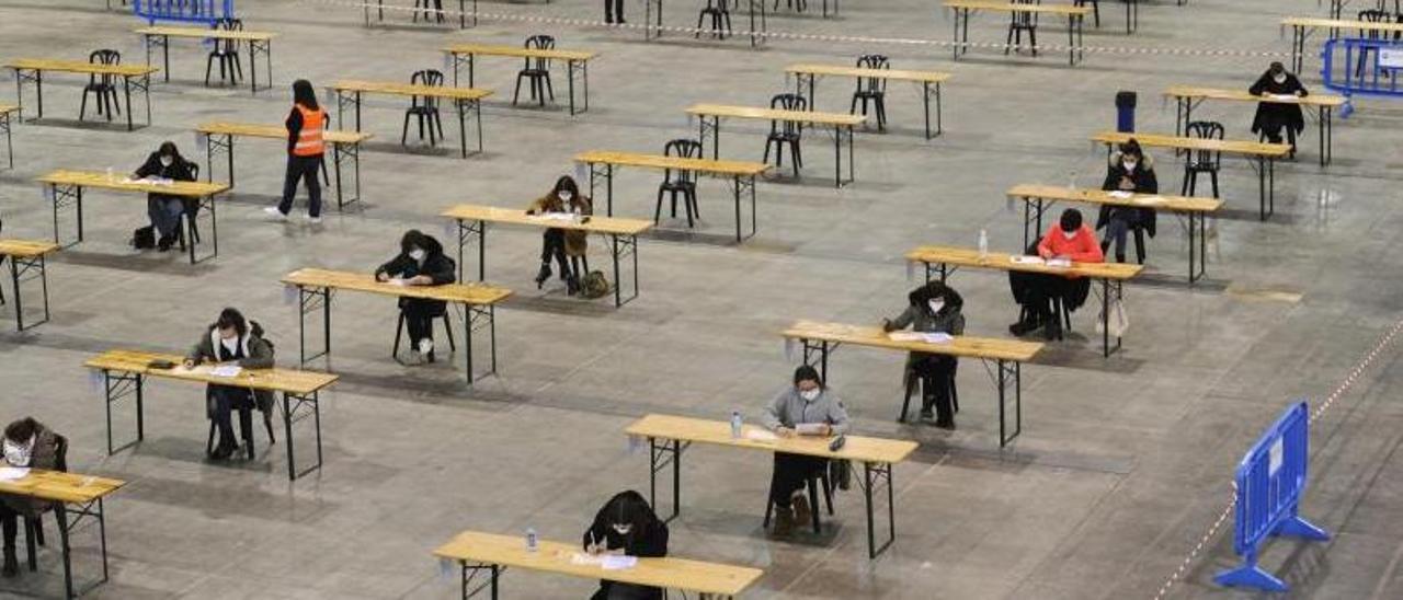 Opositores durante los exámenes celebrados el 14 de marzo en Silleda. |   // BERNABÉ/JAVIER LALÍN