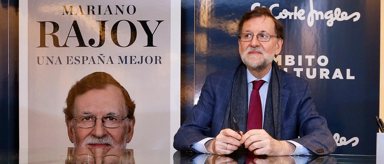 """El expresidente del Gobierno Mariano Rajoy en la firma ejemplares de su libro """"Una España Mejor"""" en Alicante"""