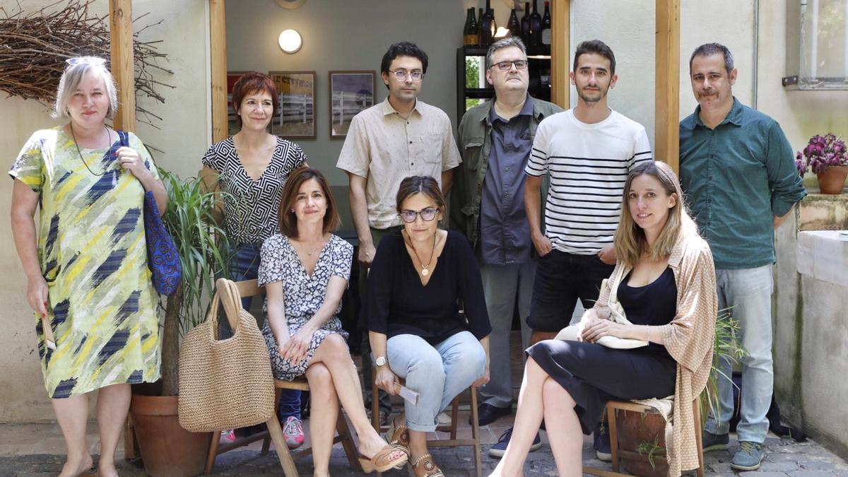 D'esquerra a dreta, drets: Stefanie Kremser, Empar Moliner, Jordi Nopca, Sergi Pàmies, Xavier Mas Craviotto i Jordi Lara. Assegudes: Marta Orriols, Natàlia Romaní i Llucia Ramis