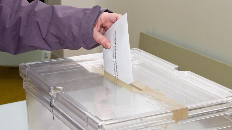 Galicia y País Vasco celebran elecciones marcadas por la pandemia.