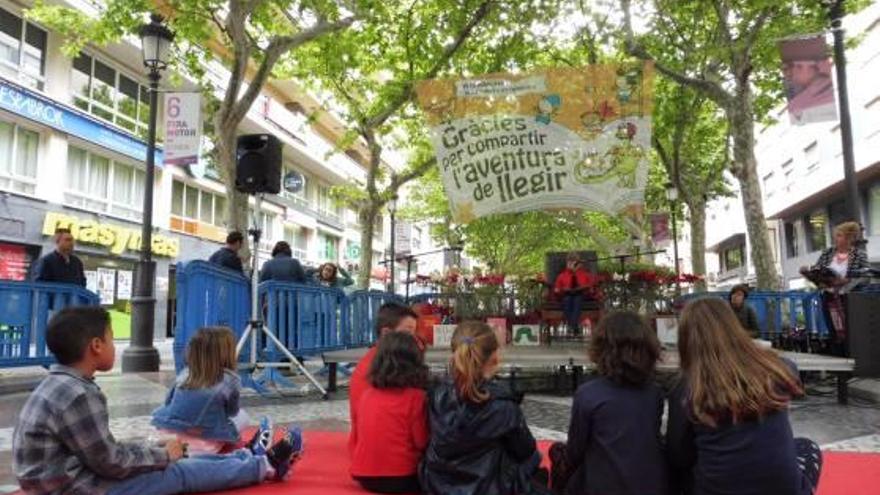 Gandia Las bibliotecas salen a la calle para celebrar el Dia del Llibre