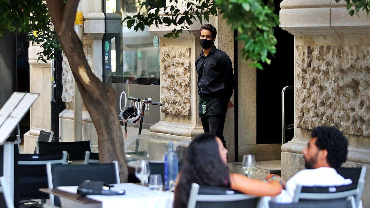 Un camarero en un establecimiento del centro de València.