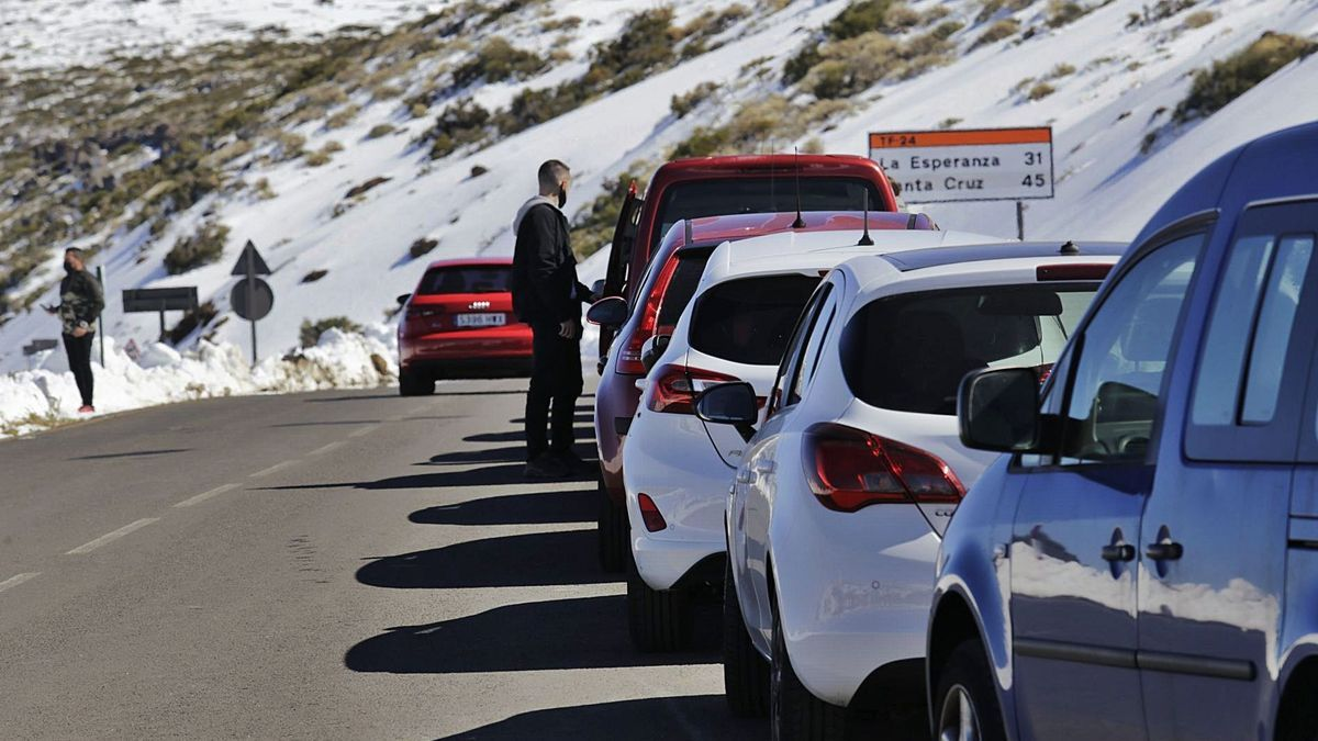 Queue of vehicles in the Teide National Park last February.
