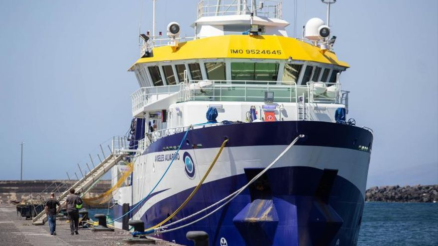El 'Ángeles Alvariño' permanece en el puerto de Santa Cruz tras sufrir una avería