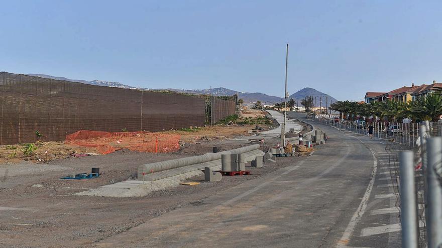 Derriban el muro de la vía de Melenara y limitan las fincas con nuevas mallas