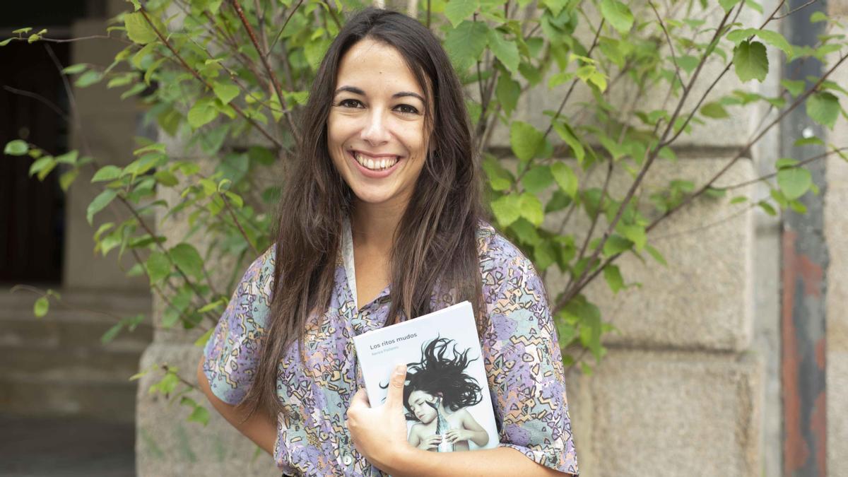 La escritora Nerea Pallares, con su nuevo libro, 'Los ritos mudos'.