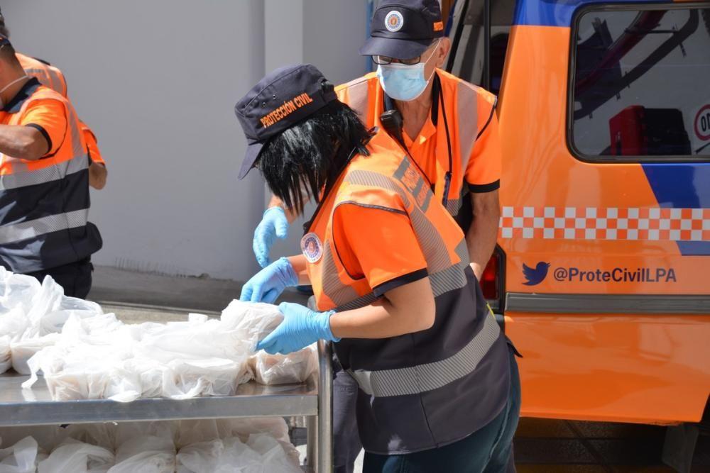 Voluntarios de Protección Civil cargan con las com