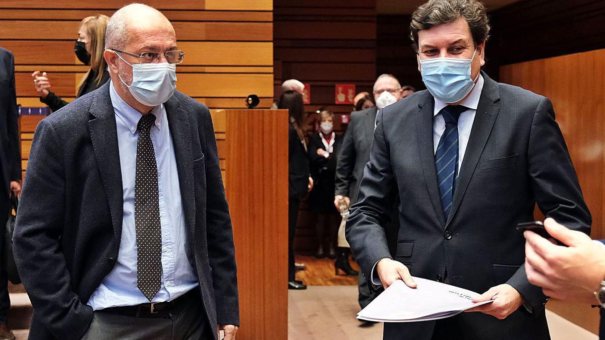 El vicepresidente Igea, (i), junto al consejero de Economía, Carlos Fernández Carriedo, ayer en las Cortes. | Ical
