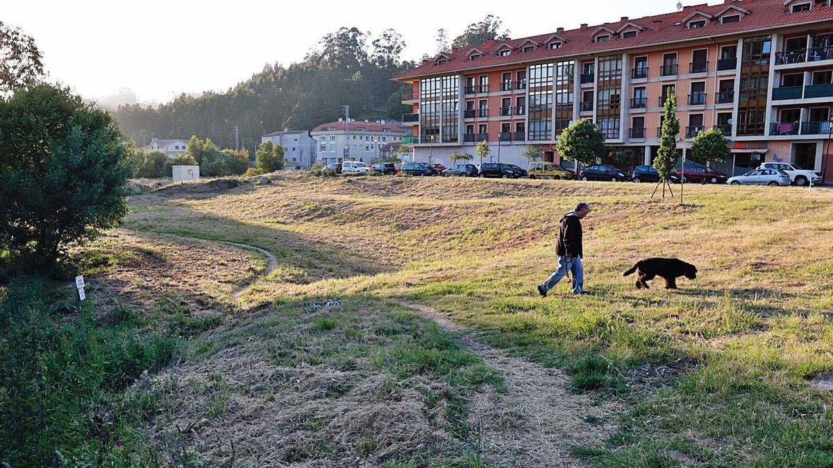 La parcela donde se proyectó el frustrado bombeo y donde se prevé ahora el parque canino.     // JOSE LORES