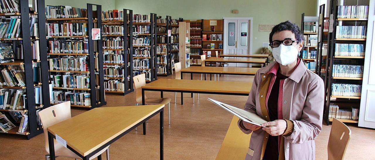 Manuela Busto, en la Menéndez Pelayo, con el manifiesto fundacional de la Biblioteca Popular Circulante de Castropol. | T. Cascudo