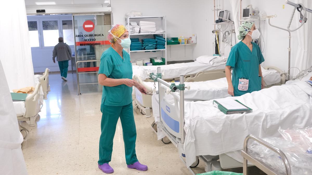 Sanitarias atendiendo a un paciente en el Hospital de Elda.