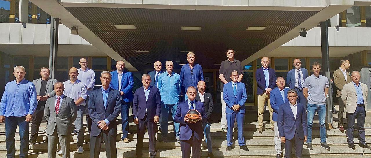 Miembros representantes del Consejo Superior de Deportes y de la Asociación de Clubes de Baloncesto, ayer en la sede del CSD, en Madrid. | EFE