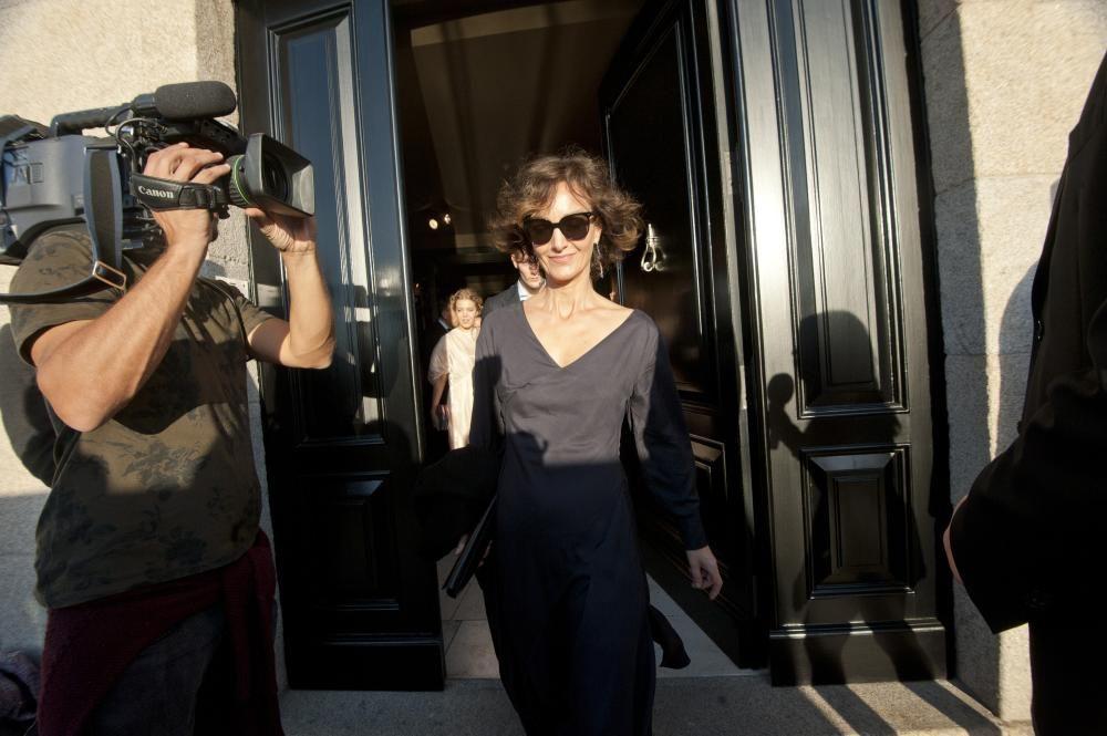 La hermana de Flora Pérez a la salida de la casa familiar.