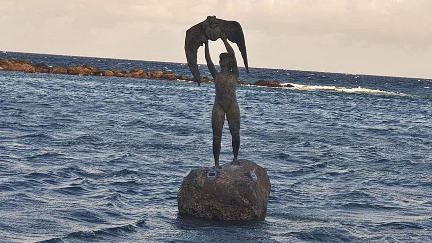 Una escultura inmortaliza a la niña que murió en una roca en Pozo Izquierdo
