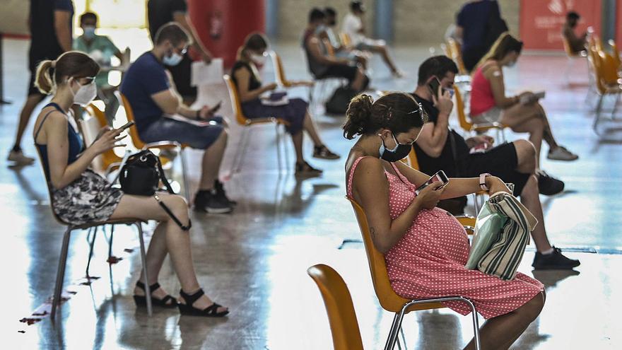 La Comunidad Valenciana es la última en vacunar a treintañeros y no llega a la media en el resto de edades