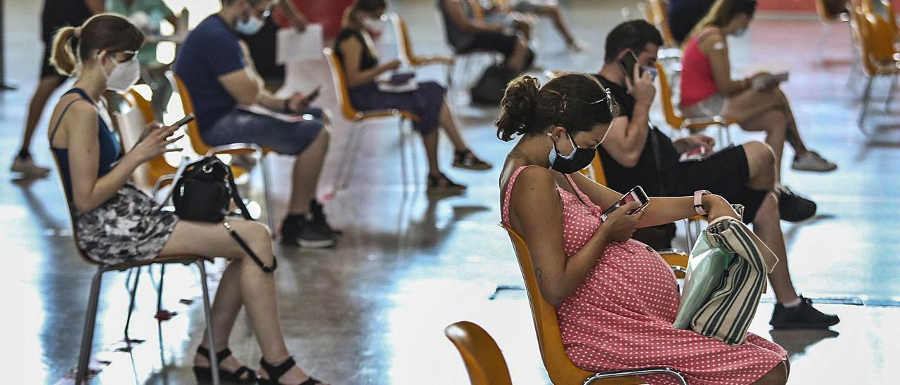 Esta semana ha comenzado la vacunación masiva de la primera dosis entre los veinteañeros. | ANTONIO AMORÓS