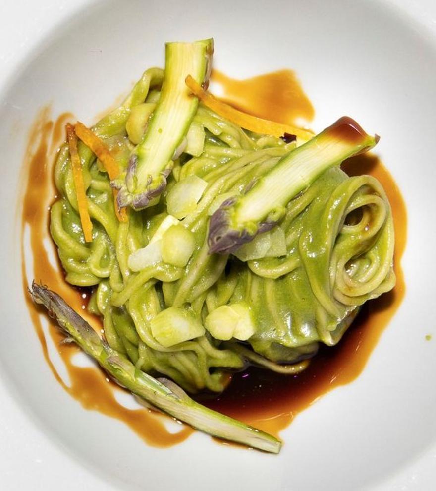 La mejor receta asiática de España: 'noodles' con curri verde de espinacas y espárragos